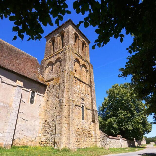 Le clocher de l'église de Saint-Pierre-les-Etieux, bâtie au XIIème siècle, a perdu sa flèche en 1903. Il mesurait alors 45 mètres de haut.  #egliseromane  #church  #saintpierre  #patrimoine #clocher  #coeurdefrancetourisme  #departementducher  #berryprovince  #centrevaldeloire  #enrouelibre